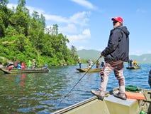 Alaska - viele Leute, die für Lachse fischen Stockbild