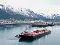 Alaskabo bogserbåt och pråm arkivfoto