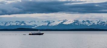 Alaskabo färja förbi berg Arkivbilder