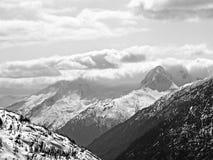 Alaskische Berge mit Wolken und Schnee stockbilder