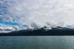 Alaskische Landschaft von Bergen und von Wasser 4 Lizenzfreie Stockfotos