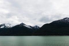Alaskische Landschaft von Wasser und von Bergen 2 Stockbilder