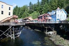 Alaskische Stadt mit Nebenfluss Stockfoto