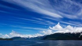 Alaskischer Himmel bewölkt von links nach rechts verlaufendes Lizenzfreies Stockbild