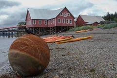 Alaskisches Haus und Wasser stockfotos