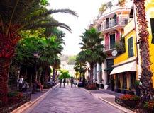 ALASSIO, SAVONA, ITALIEN SEPTEMBER 2017: Promenieren Sie im Stadtzentrum, schöne alte Straße in der touristischen Stadt von Alass Lizenzfreie Stockbilder
