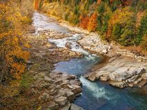 alatay διπλός γρήγορος ποταμός Ρωσία ουράνιων τόξων βουνών Δασικό φυσικό τοπίο βουνών φθινοπώρου Στοκ φωτογραφίες με δικαίωμα ελεύθερης χρήσης