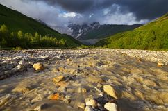 alatay διπλός γρήγορος ποταμός Ρωσία ουράνιων τόξων βουνών Στοκ Φωτογραφίες