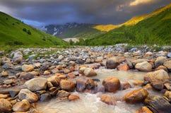 alatay διπλός γρήγορος ποταμός Ρωσία ουράνιων τόξων βουνών Στοκ Φωτογραφία