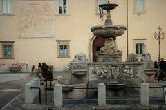 Alatri,中世纪村庄在中央意大利 喷泉插入式放大器 库存照片
