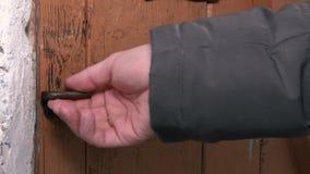 A alavanca abre a trava de porta, a porta abre video estoque