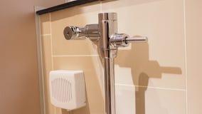 Alavanca do toalete e desinfetantes nivelados da caixa automaticamente Foto de Stock