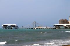 Albânia, Durres, ponte cabo-ficada no mar Imagens de Stock