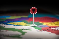Albânia identificou por meio de uma bandeira no mapa imagens de stock royalty free