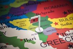 Albânia identificou por meio de uma bandeira no mapa foto de stock