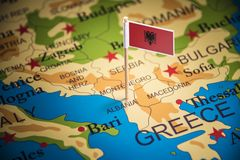 Albânia identificou por meio de uma bandeira no mapa imagens de stock