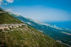 2016, Albânia, parque nacional de Llogara, Paraglider sobre a passagem de Llogara Condado de Vlore Fotos de Stock