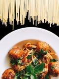 Albóndiga de los espaguetis en negro aislada imagen de archivo