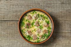 Albóndigas con arroz en salsa del limón-huevo Cocina griega tradicional La visión desde la tapa Copia-espacio imágenes de archivo libres de regalías