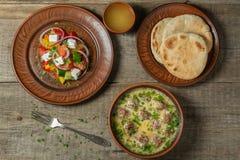 Albóndigas con arroz en salsa del limón-huevo y una ensalada griega ligera La visión desde la tapa Copia-espacio foto de archivo libre de regalías