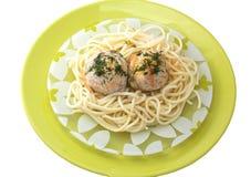Albóndigas con espagueti en una placa verde Fotografía de archivo libre de regalías