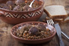 Albóndigas con las gachas de avena del alforfón en un plato de la arcilla Imagen de archivo