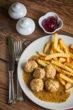 Albóndigas con las patatas fritas en salsa del eneldo Imágenes de archivo libres de regalías