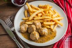 Albóndigas con las patatas fritas en salsa del eneldo Imagenes de archivo