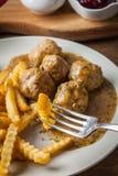 Albóndigas con las patatas fritas en salsa del eneldo Imagen de archivo libre de regalías