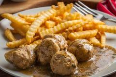 Albóndigas con las patatas fritas en salsa del eneldo Foto de archivo