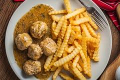 Albóndigas con las patatas fritas en salsa del eneldo Fotografía de archivo