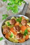 Albóndigas con las verduras cocidas fotografía de archivo