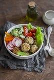 Albóndigas de la quinoa y ensalada vegetal Cuenco en una tabla de madera, visión superior de Buda Sano, dieta, concepto vegetaria fotos de archivo