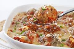 Albóndigas de Turquía con la salsa y el queso de tomate Imagen de archivo libre de regalías