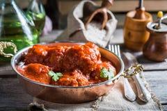 Albóndigas hechas en casa calientes con la salsa de tomate Fotografía de archivo