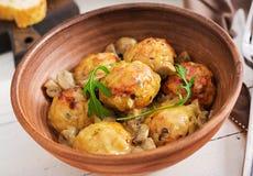 Albóndigas hechas en casa deliciosas con la salsa cremosa de la seta Cocina sueca imagen de archivo libre de regalías