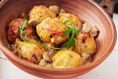 Albóndigas hechas en casa deliciosas con la salsa cremosa de la seta Cocina sueca imagenes de archivo