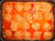 Albóndigas hechas en casa en salsa en un molde para el horno foto de archivo