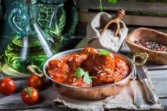 Albóndigas recientemente servidas en salsa de tomate Fotografía de archivo libre de regalías