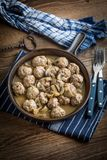 Albóndigas suecas hechas en casa deliciosas con la salsa cremosa de la seta Fotografía de archivo libre de regalías