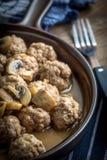Albóndigas suecas hechas en casa deliciosas con la salsa cremosa de la seta Imagen de archivo libre de regalías