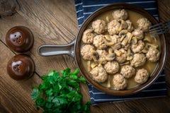 Albóndigas suecas hechas en casa deliciosas con la salsa cremosa de la seta Fotos de archivo libres de regalías