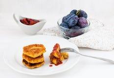 Albóndigas vegetarianas con la salsa de ciruelo Fotos de archivo libres de regalías
