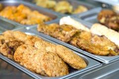 Albóndigas y platos de la carne en la comida fría en las placas de metal Fotos de archivo