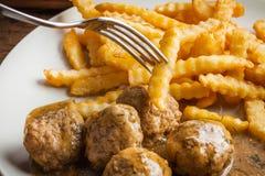 Alb?ndigas con las patatas fritas en salsa del eneldo fotografía de archivo libre de regalías
