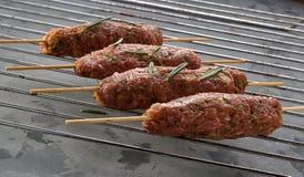 Alb?ndigas en los pinchos, kebab fotografía de archivo