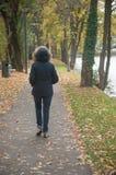 Albañilería de la mujer en el río de la frontera Imagen de archivo