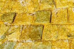 Albañilería de piedra del ¡de Ð con la agua corriente que fluye abajo de fondo Imágenes de archivo libres de regalías