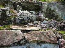 albañilería vieja Mitad-arruinada de la pared con el musgo Textura, cantería imagen de archivo libre de regalías
