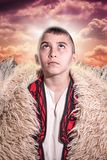 Albański górski dziecko w tradycyjny kostiumowy patrzeć do nieba Fotografia Royalty Free